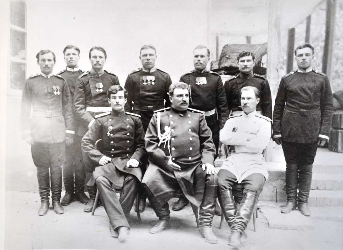 Экспедиционная группа НМ. Пржевальского. Снимок сделан в 1888 г. в г. Самарканде за месяц до смерти путешественника