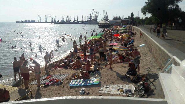 Августовский вечер на центральном пляже Бердянска