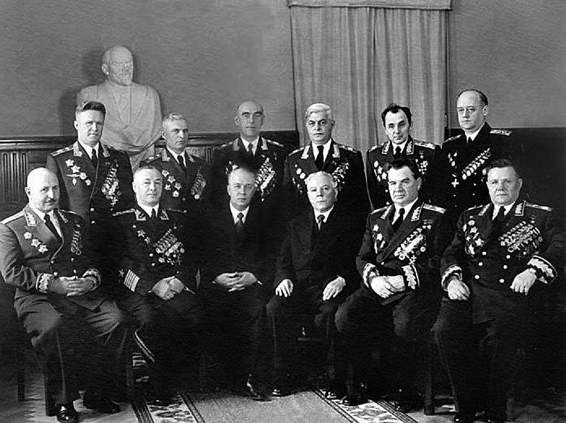 Два сына армянского народа – Маршал Советского Союза И.Х. Баграмян (крайний слева в первом ряду) и Адмирал Флота Советского Союза И.С. Исаков (крайний справа во втором ряду) на церемонии вручения маршальских звёзд в Кремле, 1955 г.