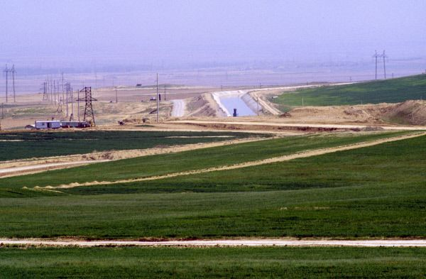 С приходом воды в Голодную степь стало возможным земледелие. Поливные земли в Зафарабадском районе Согдийской области